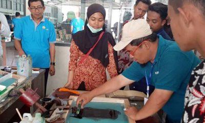 BELAJAR DESAIN : Siswa SMKN 1 Tamanan Bondowoso belajar desain kemasan mamin di UPTI Mamin-Kemasan Jatim. (ido)