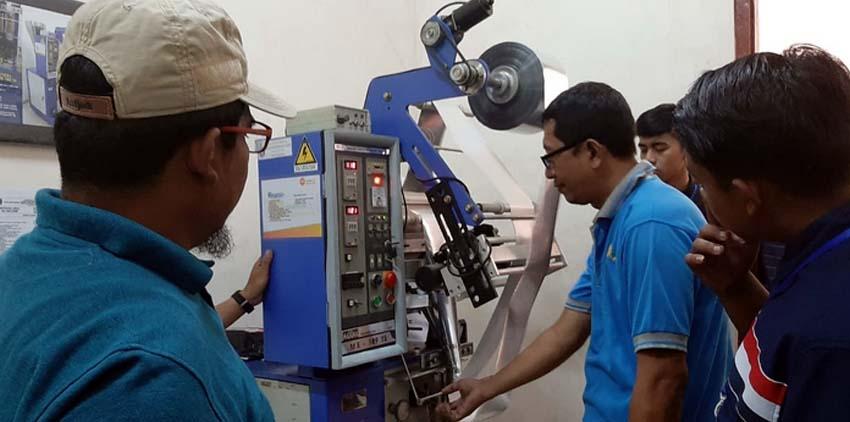 MESIN DESAIN: Siswa SMKN 1 Tamanan Bondowoso belajar membuat desain kemasan mamin dengan teknologi mesin di UPTI Mamin-Kemasan Jatim. (ido)