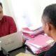 DIPERIKSA: Penyidik Satreskrim Polres Bondowoso memeriksa pelaku pemerkosaan anak di bawah umur yang sempat buron tujuh buron