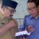 KROSCEK: Kadisdikbud Bondowoso, H. Harimas berbincang dengan Kepala SMPN 4, Dwi Windu Krisyanto tentang pengumuman PPDB SMPN 2019 Sistem Zonasi. (ido)