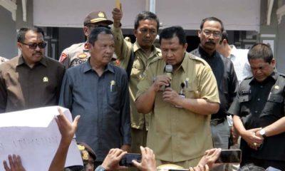 H Ahmad Dafir Ketua DPRD.Kabupaten Bondowoso Tegur Sekda depan Pengunjuk rasa (ft.dul memontum.com)