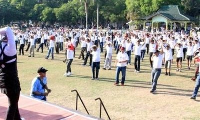 TOLAK KERUSUHAN: Kapolres Bondowoso, Dandim 0822, dan Forkopimda berbaur dengan ribuan warga olahraga senam bersama sambil deklarasi tolak kerusuhan