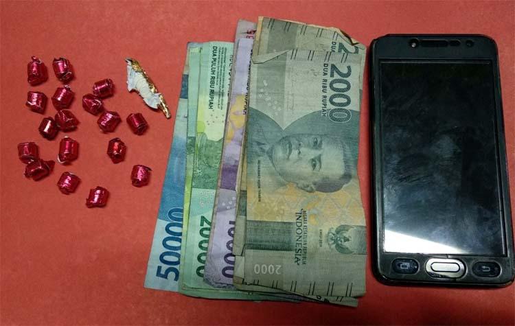 BB Pil, uang, dan HP (sam)