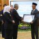 Bupati Bondowoso Salwa Arifin saat terima penghargaan (foto Dul.Memontum.com)