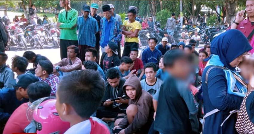 Tampak anak-anak mengikuti Aksi Demo di depan Pemkab.Bondowoso ( foto Dul.Memontum.com)