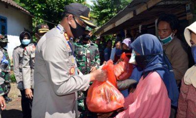 Corona Serang Indonesia, Kapolres Bondowoso Rajin Beri Bantuan ke Masyarakat