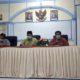 Tengah dr Muhammad Imron Kadinkes Bondowoso saat memberikan keterangan ( foto Dul momentum)