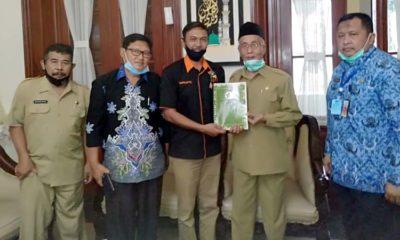 Suprapto Ketua Asosiasi Distributor Pupuk Indonesia Bondowoso (tengah) saat temui Bupati Salwa Arifin. (dul.memontum)
