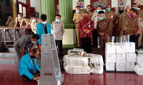 Penyerahan Bantuan Robot penyemprot disenfektan (GCR) oleh Direktur Polije Saiful Anwar Kepada Bupati Bondowoso Salwa Arifin secara simbolis (dul momentum)