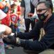 Kapolres memberikan masker pada anak-anak (sam)